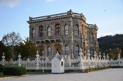 Kucuksu亭子,伊斯坦布尔,充分环境美化历史,无背长椅艺术作品 免版税库存图片
