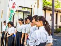 KUDAMATSU JAPONIA, SIERPIEŃ, - 23, 2017: Niezidentyfikowani ludzie w paradzie w ulicach Japonia obrazy stock
