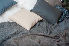 Kuddar och filtar är på sängen royaltyfri fotografi