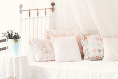 Kuddar på bekväma mjuka kuddar för en säng på vara royaltyfri fotografi