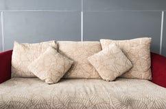 Kuddar på den bekväma soffan arkivbilder