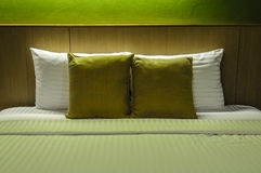 Kuddar på den tomma sängen på natten Royaltyfri Bild