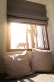 Kuddar på fönstret Arkivbild