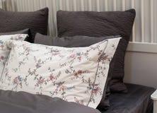 Kuddar på sängen i sovrummet Royaltyfri Fotografi