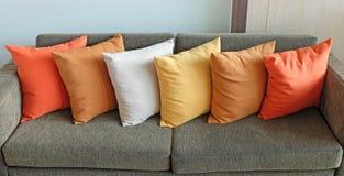 Kuddar på soffan hemma arkivbild