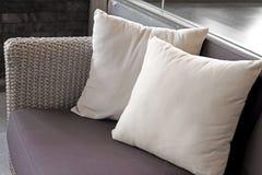 Kuddar på soffan i vardagsrum Royaltyfria Foton