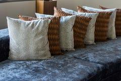 Kuddar på soffan i vardagsrumhotell Arkivbilder