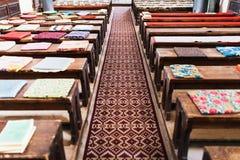 Kuddar på tomma kyrkliga bänkar Royaltyfri Bild