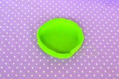 Kudde för danandefiltstift Hur man gör en filt att klämma fast kudden som är steg-för-steg Enkel sömnad för ungar Handsömnadproje Arkivfoton