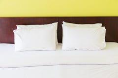 Kudde för sömn på säng Royaltyfri Fotografi