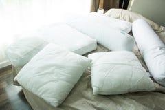 Kudde med underlaget på säng Arkivfoto