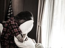 Kudde och skrik för ledsen kvinnakram vit arkivfoton
