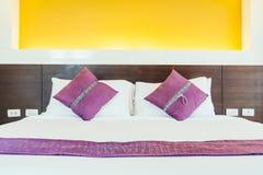 Kudde på säng Royaltyfri Bild