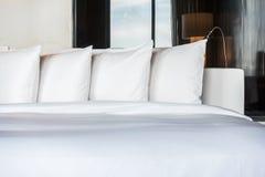 Kudde på säng Arkivbild