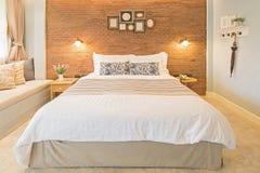 Kudde på säng och dekorera i landsstil arkivfoto