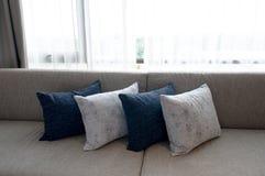 Kudde på soffan hemma Arkivfoton