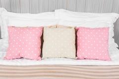 Kudde prickfärg i sovrummet royaltyfri foto
