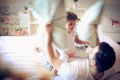 Kuddekampen med pappa är rolig ballerina little Royaltyfria Bilder