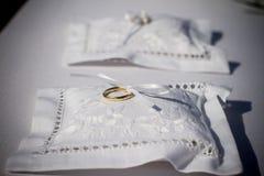 kudden för bakgrundsballongdeltagaren ringer bröllop Arkivbild