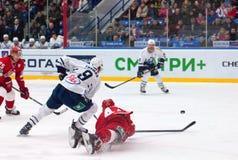 A Kudinov (44) cai para baixo no gelo Fotos de Stock