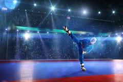 Kudo-Kämpfer arbeitet auf der großartigen Arena aus stockbilder
