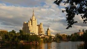 Kudrinskaya方形大厦是七个斯大林主义摩天大楼之一 反对背景湖 夜间 免版税图库摄影