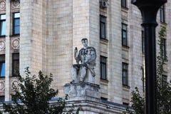Kudrinskaya方形大厦的雕象 免版税图库摄影