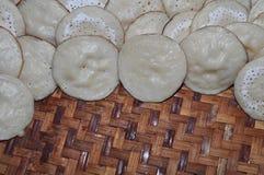 Kue Apem Kuchen machten vom Reismehl und haben eine Bienenwabe wie Beschaffenheit lizenzfreie stockbilder