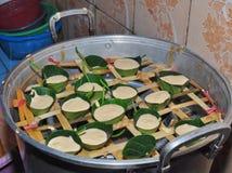 Kue Apem Os bolos fizeram da farinha de arroz envolvida nas folhas do jackfruit e cozinhada imagem de stock royalty free