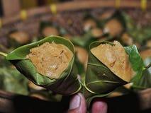 Kue Apem Torty robić od ryżowej mąki zawijającej w jackfruit liściach i dekatyzującej zdjęcie royalty free