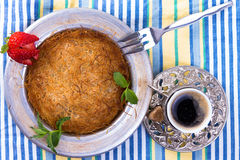 Kuefe sur la nappe avec du café turc Image libre de droits