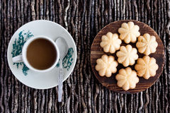 Kueh Bahulu/Ei-Schwamm-Kuchen mit Kaffee Lizenzfreie Stockbilder