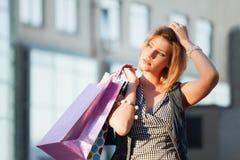 Käufer auf einer Stadtstraße Lizenzfreies Stockbild