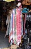 Kufiya del ricordo - la sciarpa capa dell'uomo da vendere al deposito di regalo fotografia stock