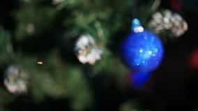 Kugel auf dem Weihnachtsbaum stock video