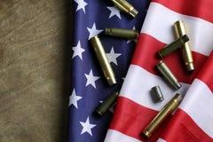Kugel auf der USA-Flagge Stockbild