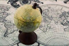 Kugel auf der Weltkarte Lizenzfreie Stockfotografie