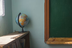 Kugel auf einem Buchregal nahe einer alten Schulbehörde Stockfotos