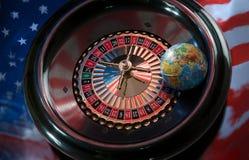 Kugel auf einem Roulettekessel auf einem Hintergrund der amerikanischen Flagge Lizenzfreies Stockfoto