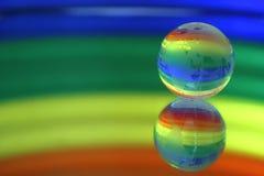 Kugel auf einer Oberfläche eines Spiegels. Lizenzfreie Stockfotos