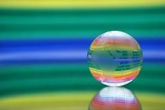 Kugel auf einer Oberfläche eines Spiegels. Lizenzfreie Stockfotografie