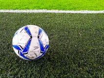 Kugel auf Fußballplatz lizenzfreie stockbilder
