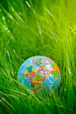 Kugel auf Gras Tag der Erde, Umweltkonzept Stockfotografie