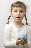 Kugel auf Kindhänden lizenzfreie stockfotos