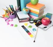 Kugel, Bücher und Schulbedarf lokalisiert auf weißem Hintergrund Foto mit Kopienraum Stockbild