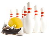 Kugel, Bowlingspielschuhe und Bowlingspielstift Lizenzfreies Stockbild