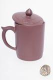 Kugel des grünen Tees mit unscharfem Cup Lizenzfreie Stockfotos