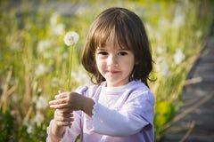 Kugel des kleinen Mädchens und des Schlages Stockfotografie