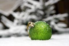 Kugel des neuen Jahres in einem Schnee Lizenzfreies Stockfoto