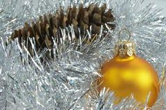 Kugel des neuen Jahres und Kieferkegel Stockfotografie